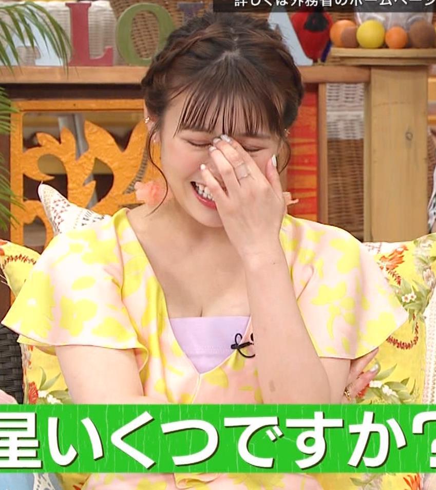井口綾子 胸の谷間を見せながらテレビ出演キャプ・エロ画像12