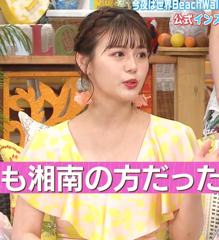 井口綾子 胸の谷間を見せながらテレビ出演キャプ・エロ画像3