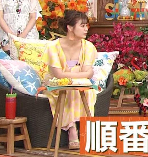 井口綾子 胸の谷間を見せながらテレビ出演キャプ・エロ画像7