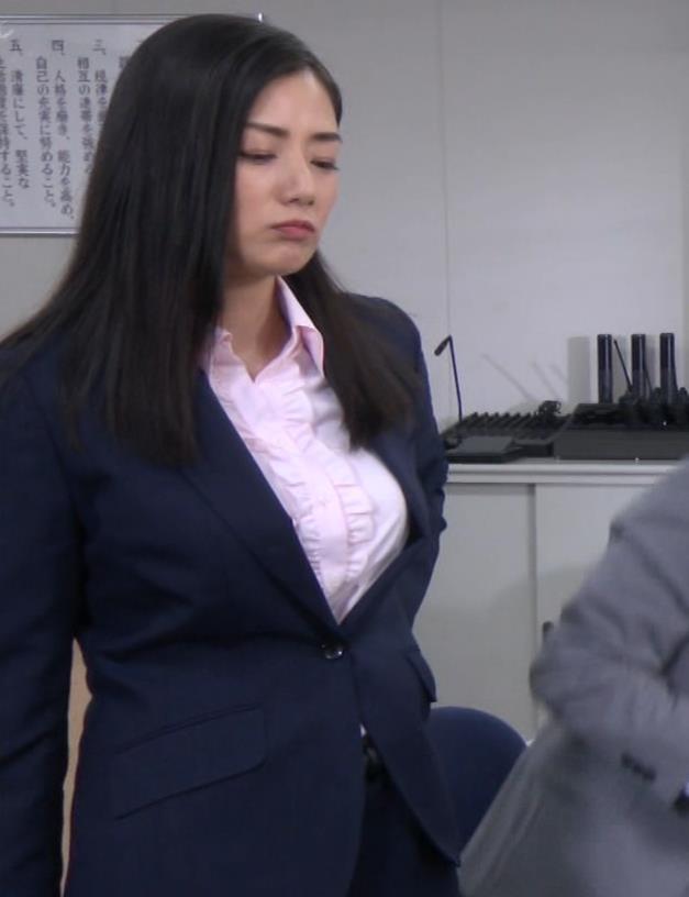 片山萌美 スーツ姿のワイシャツのパツパツおっぱいキャプ・エロ画像