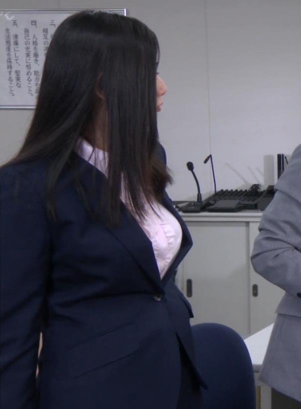 片山萌美 スーツ姿のワイシャツのパツパツおっぱいキャプ・エロ画像2