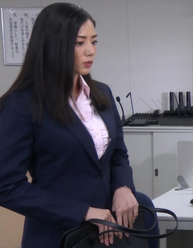 片山萌美 スーツ姿のワイシャツのパツパツおっぱいキャプ・エロ画像3