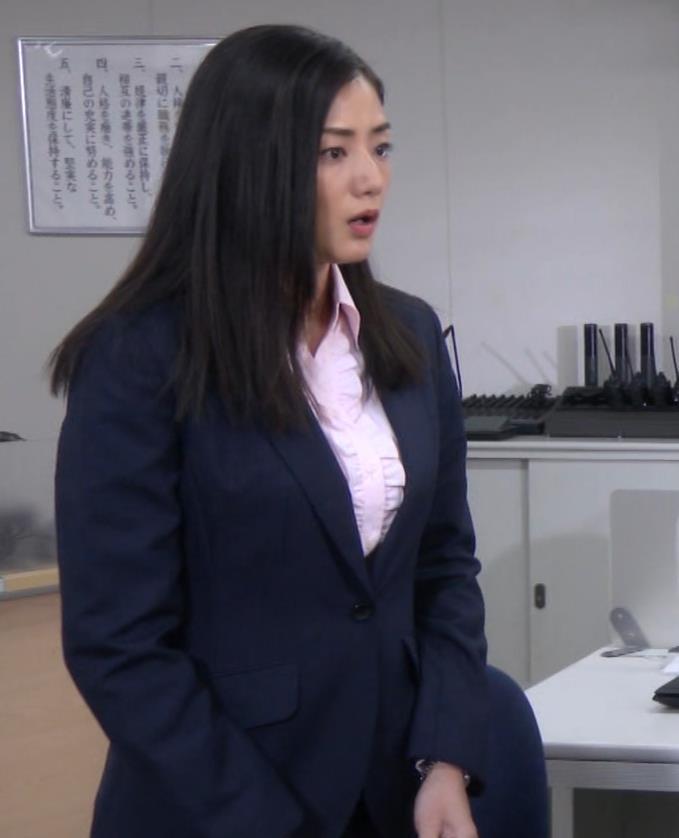 片山萌美 スーツ姿のワイシャツのパツパツおっぱいキャプ・エロ画像4