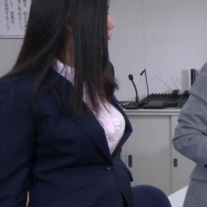 片山萌美 スーツ姿のワイシャツのパツパツおっぱい