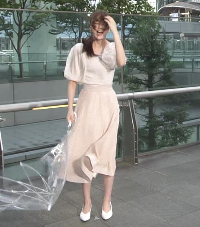 貴島明日香 胸のふくらみ&ひらひらスカートキャプ・エロ画像5
