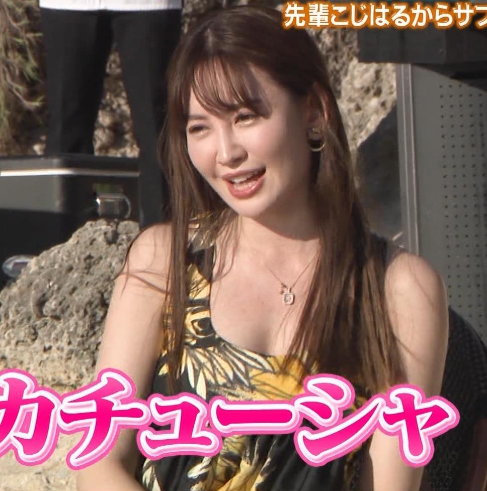 小嶋陽菜 胸ちらをガードキャプ・エロ画像12
