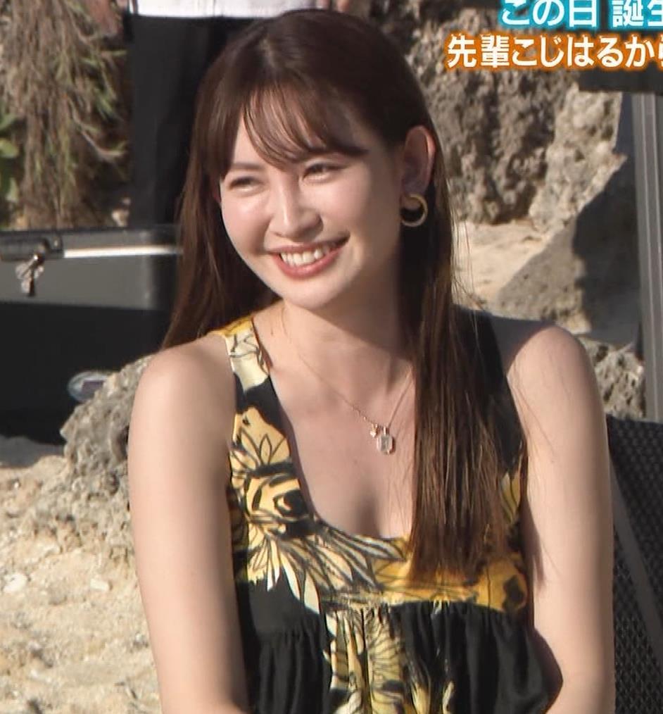 小嶋陽菜 胸ちらをガードキャプ・エロ画像10