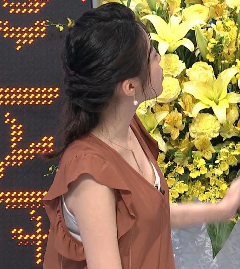 黒木千晶アナ 胸元が開いた服でチラチラキャプ・エロ画像
