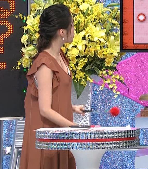 黒木千晶アナ 胸元が開いた服でチラチラキャプ・エロ画像2