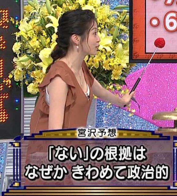 黒木千晶アナ 胸元が開いた服でチラチラキャプ・エロ画像3