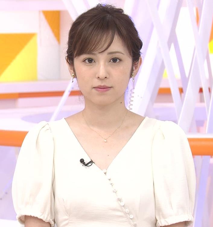 久慈暁子アナ 胸元開いた服がエロかわいいキャプ・エロ画像2