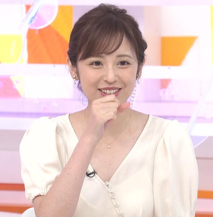 久慈暁子アナ 胸元開いた服がエロかわいいキャプ・エロ画像7