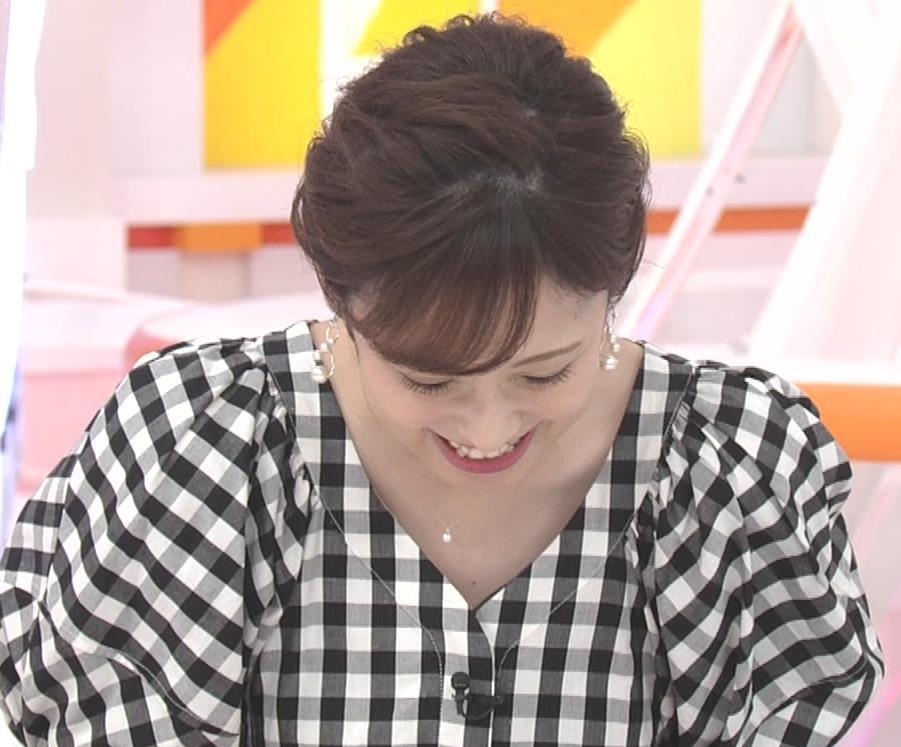 アナ よく見るとエロい胸のラインがでるチェック柄のワンピースキャプ・エロ画像13