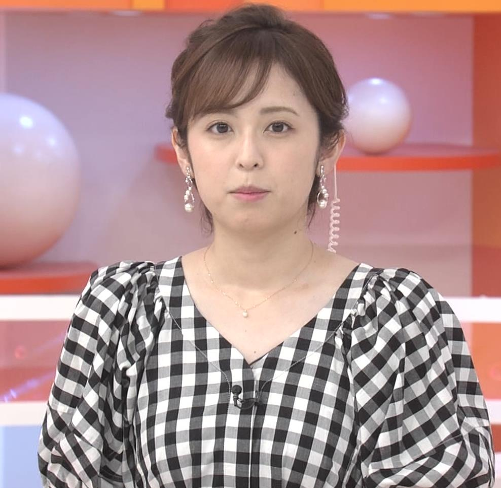 アナ よく見るとエロい胸のラインがでるチェック柄のワンピースキャプ・エロ画像5
