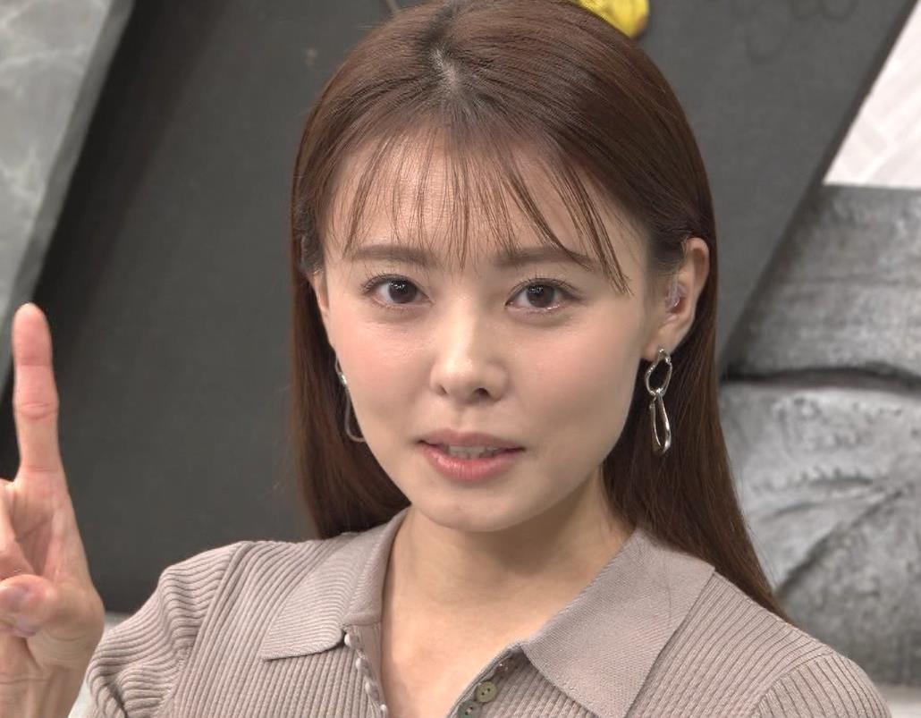 宮澤智アナ 斜め後ろからのニット乳キャプ・エロ画像