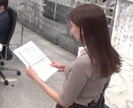 宮澤智アナ 斜め後ろからのニット乳キャプ・エロ画像3