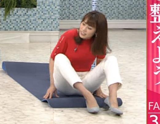 中川安奈アナ タイトな衣装で寝て巨乳が大変なことにキャプ・エロ画像9