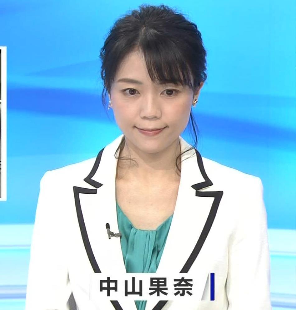 中山果奈アナ 少し胸元が開いた服キャプ・エロ画像