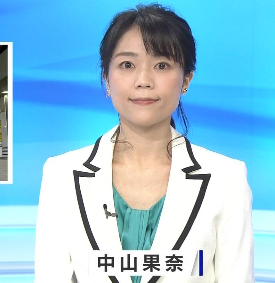 中山果奈アナ 少し胸元が開いた服キャプ・エロ画像2