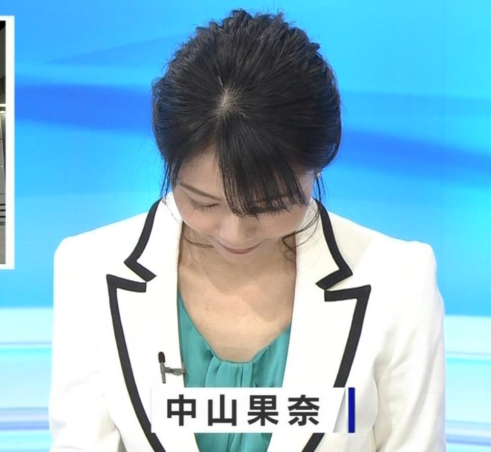 中山果奈アナ 少し胸元が開いた服キャプ・エロ画像3