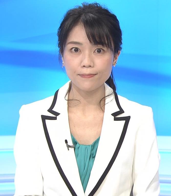 中山果奈アナ 少し胸元が開いた服キャプ・エロ画像4