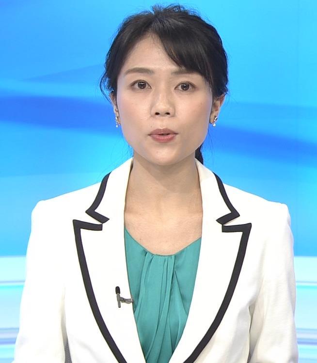 中山果奈アナ 少し胸元が開いた服キャプ・エロ画像6