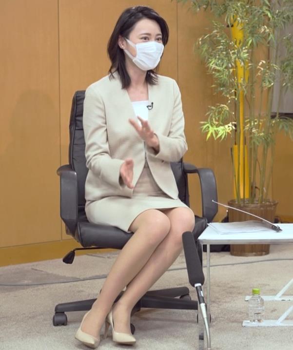 小川彩佳 ミニスカ▼ゾーンをチラチラさせながらインタビューキャプ・エロ画像