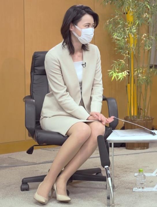 小川彩佳 ミニスカ▼ゾーンをチラチラさせながらインタビューキャプ・エロ画像2