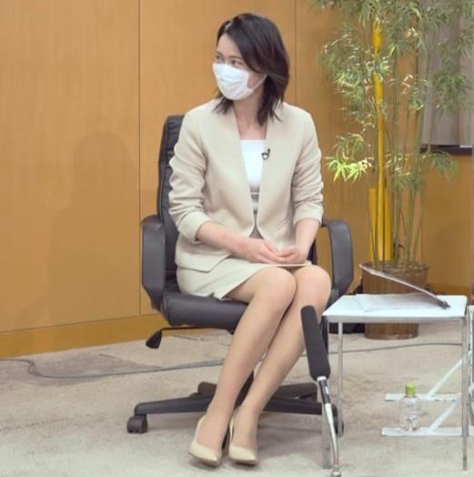 小川彩佳 ミニスカ▼ゾーンをチラチラさせながらインタビューキャプ・エロ画像3