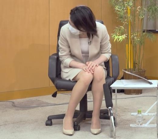 小川彩佳 ミニスカ▼ゾーンをチラチラさせながらインタビューキャプ・エロ画像4