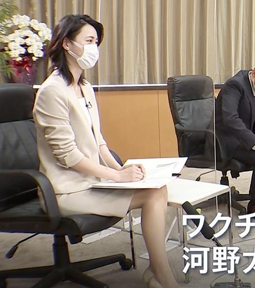 小川彩佳 ミニスカ▼ゾーンをチラチラさせながらインタビューキャプ・エロ画像5