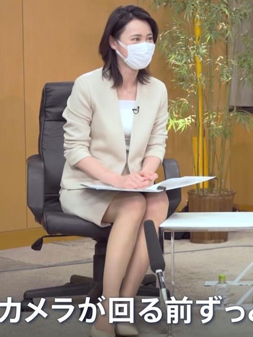 小川彩佳 ミニスカ▼ゾーンをチラチラさせながらインタビューキャプ・エロ画像6