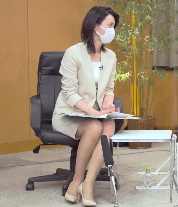 小川彩佳 ミニスカ▼ゾーンをチラチラさせながらインタビューキャプ・エロ画像7