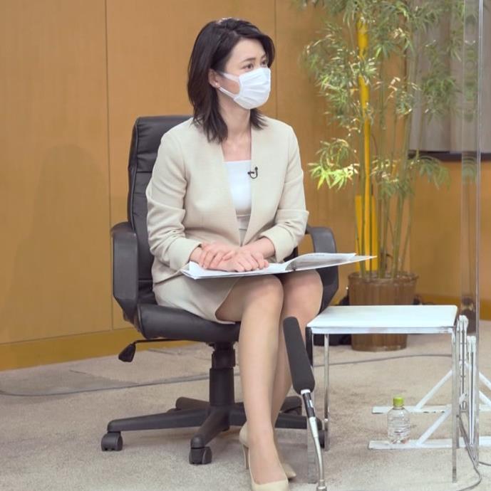 小川彩佳 ミニスカ▼ゾーンをチラチラさせながらインタビューキャプ・エロ画像8