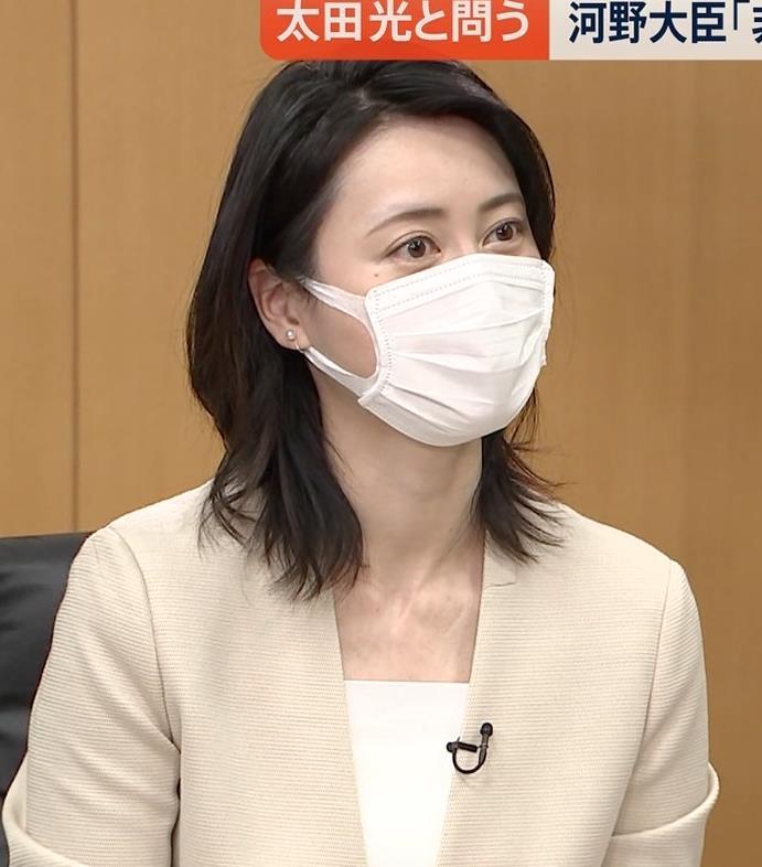 小川彩佳 ミニスカ▼ゾーンをチラチラさせながらインタビューキャプ・エロ画像9