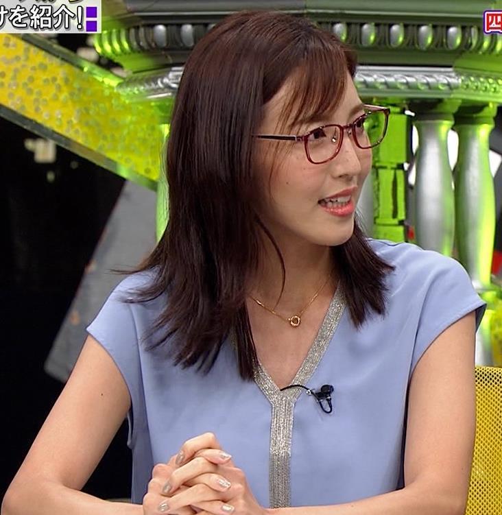 小澤陽子アナ ミニスカで座って脚がセクシーキャプ・エロ画像