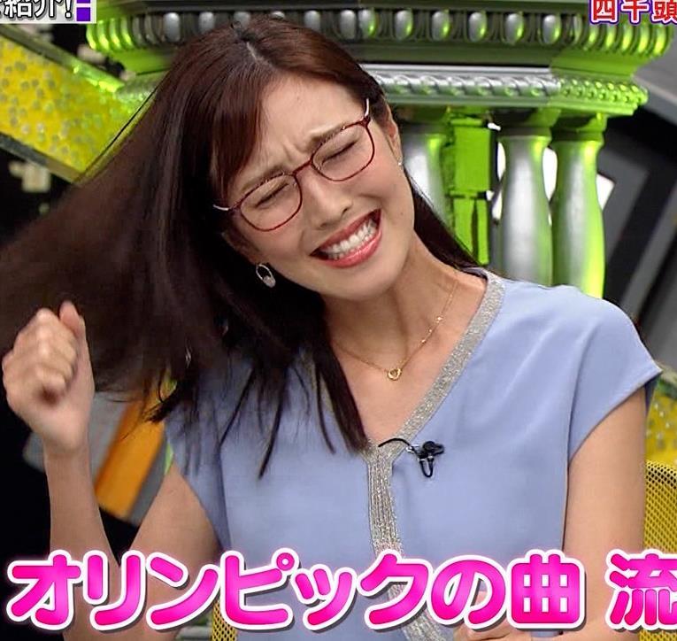 小澤陽子アナ ミニスカで座って脚がセクシーキャプ・エロ画像2