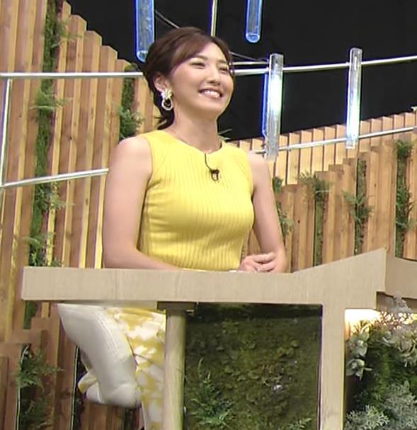 小澤陽子アナ 美人で巨乳がエロいノースリーブニットを着てくれるキャプ・エロ画像