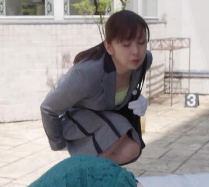 斉藤由貴 熟女巨乳の胸元キャプ・エロ画像6