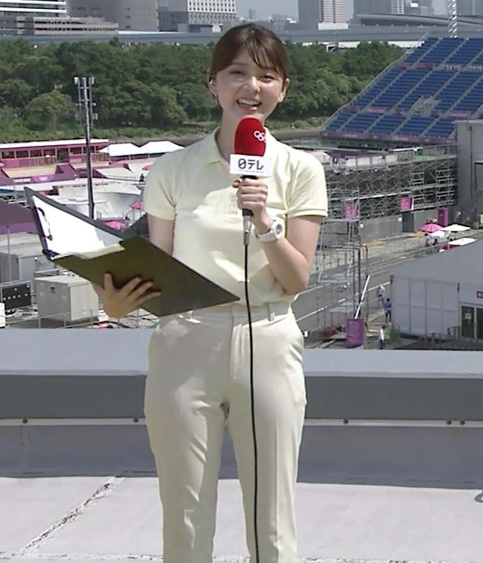 佐藤梨那アナ ポロシャツおっぱい、ピチピチなパンツスタイルキャプ・エロ画像2