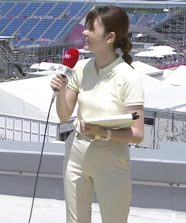 佐藤梨那アナ ポロシャツおっぱい、ピチピチなパンツスタイルキャプ・エロ画像5