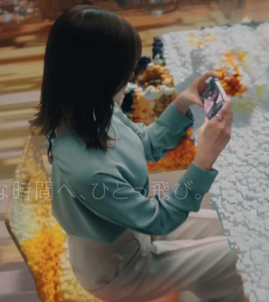 白石麻衣 横から見るとやはり胸が大きいキャプ・エロ画像12