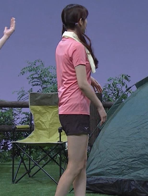 鷲見玲奈 Tシャツ・短パン・太ももエロキャプ・エロ画像17