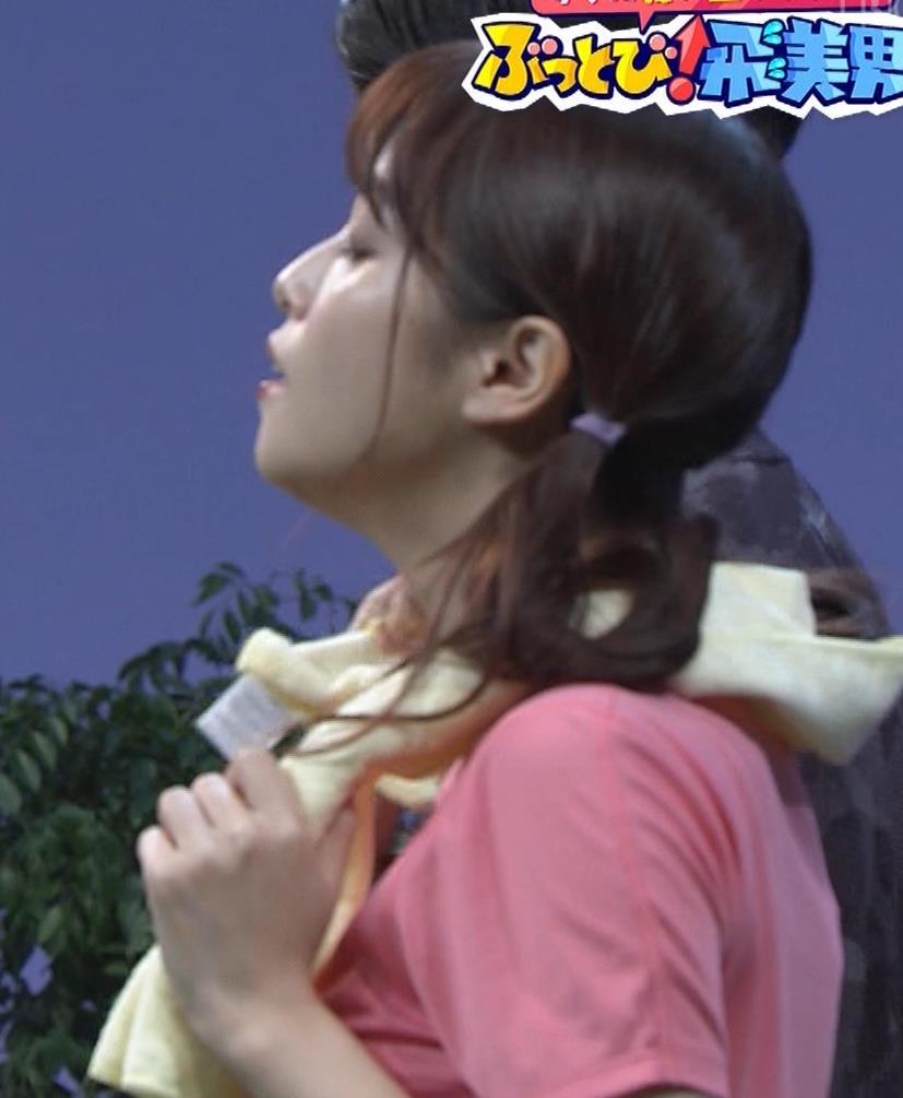 鷲見玲奈 Tシャツ・短パン・太ももエロキャプ・エロ画像6