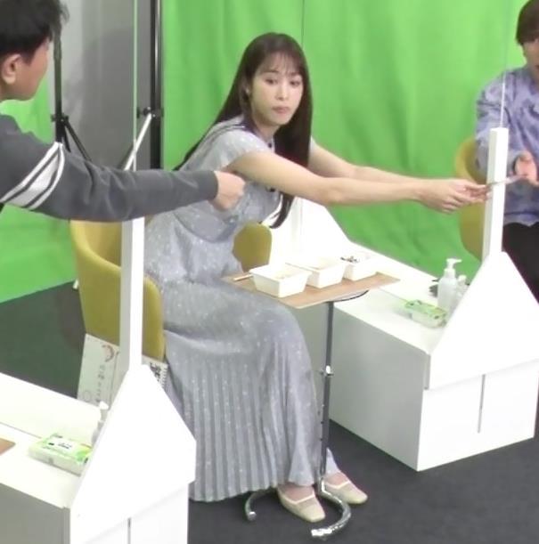 鷲見玲奈 ワキ見せエロキャプ・エロ画像11