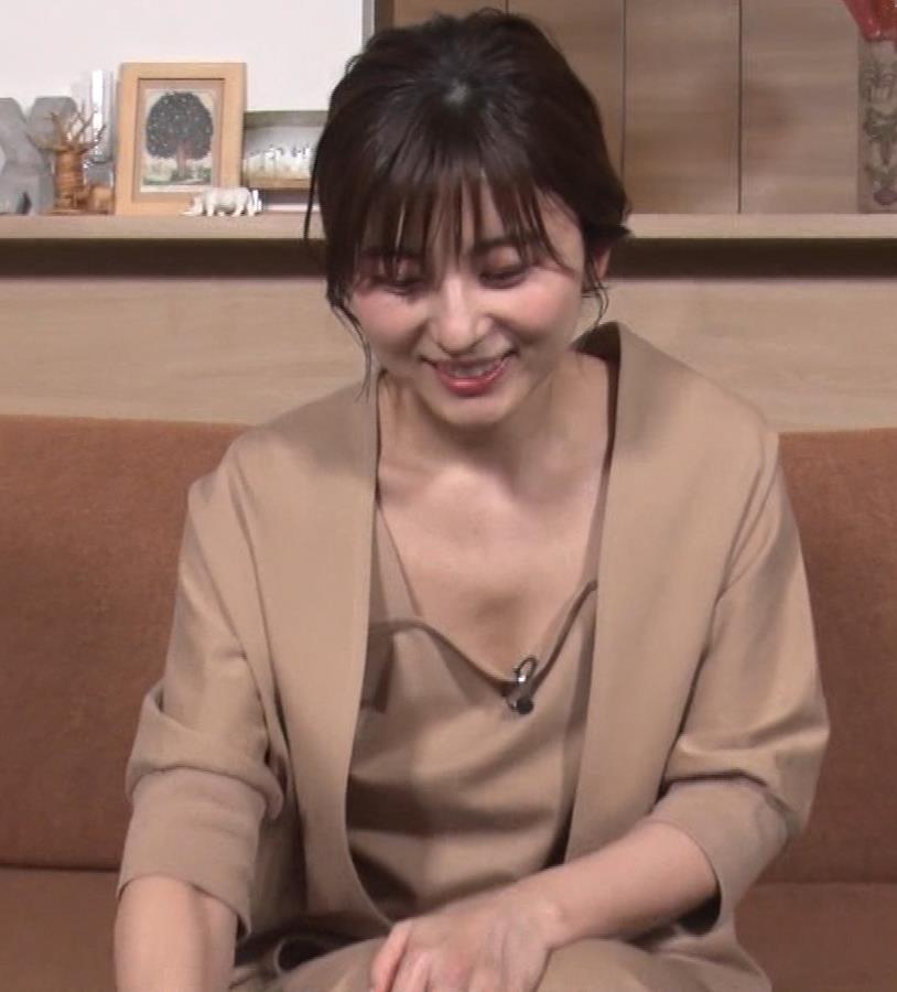 宇賀なつみアナ ゆるふわ衣装で胸元エロ過ぎキャプ・エロ画像17