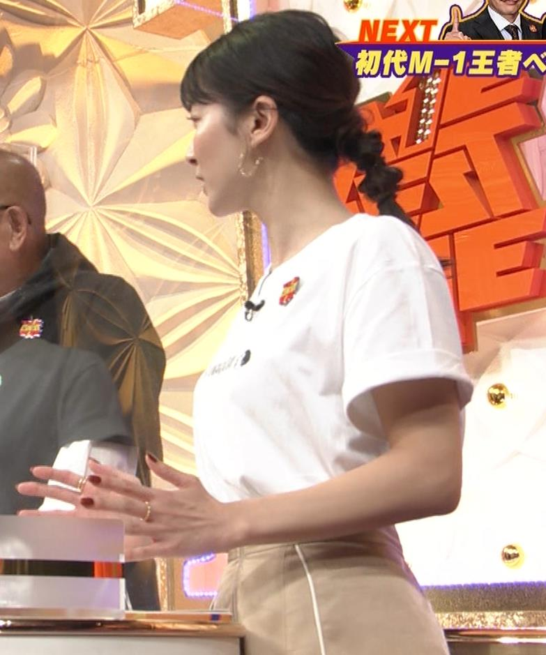 山本里菜アナ Tシャツ横乳キャプ・エロ画像2