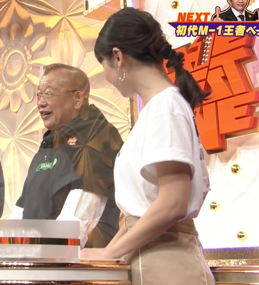 山本里菜アナ Tシャツ横乳キャプ・エロ画像3