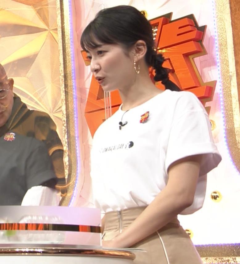 山本里菜アナ Tシャツ横乳キャプ・エロ画像6