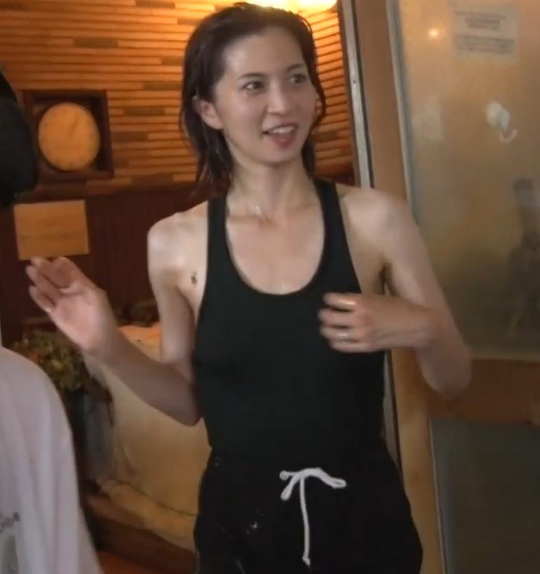 安田美沙子 サウナの水風呂で胸の谷間がエロい(胸チラ)キャプ・エロ画像24